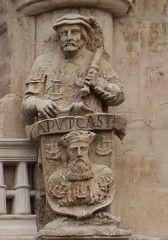 Porte Santa Maria de Burgos  - Héraut avec les armes de la ville