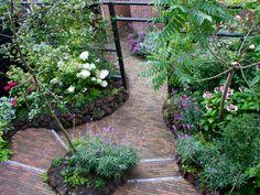 Same - but different perspective Small Garden Design, Small Space Gardening, Plant Design, Small Gardens, Backyard Garden Landscape, Garden Paths, Garden Art, Garden Landscaping, Garden Ideas