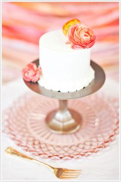 Love this mini cake, and I am dying to have gold flatware!