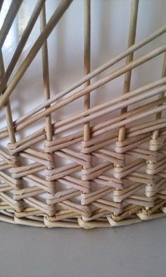 Arts And Crafts Homes Paper Basket Weaving, Basket Weaving Patterns, Willow Weaving, Weaving Art, Newspaper Basket, Newspaper Crafts, Home Crafts, Diy And Crafts, Arts And Crafts