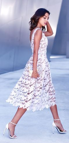 Women's fashion | Chic white lace midi dress, heels, clutch http://www.siempre-lindas.cl/