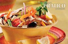 Des lanières de poulet mariné (en 30 minutes seulement!) et des cubes de fromage feta confèrent une bonne dose de protéines à cette nourrissante salade.