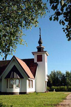 Nivalan Karvoskylän Kristuksen kirkastumisen muistolle pyhitetty kirkko.(Kuva © Martti Markoff)