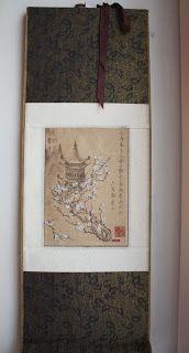 картина в стиле ямато-э, который характеризуется яркими силуэтными изображениями и горизонтальными свитками.нашла подходящую картинку в интернете и распечатала ее на крафт-бумаге. Сакура всегда является ключевым элементом японских изображений, поэтому я украсила цветы flower soft. Использовала следующие материалы: плотная бумага для основы, крафт-бумага, 2 вида ткани и flower soft polar white