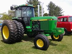 JOHN DEERE This is the kind of tractor I'd love to own! What a great example. Jd Tractors, John Deere Tractors, Tractor Cabs, John Deere Equipment, Tractor Implements, Farming Life, Mean Green, Farm Boys, Antique Tractors