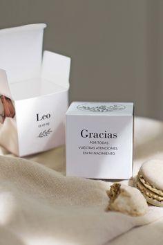 """Caja sorpresa o caja"""" """"pequeño regalo"""" para un bonito detalle a los invitados de vuestro evento. Puedes llenarla con caramelos, bombones, chuches, o bien pulseritas, collares, llaveros... Es perfecta. #cottonbirdes #nuevacoleccion #natalicios #bautizo #serpadres #mibebe #deco #mibebeyyo #decobebe #padres #madreprimeriza #bebe #detalles #regaloinvitados #cajitaspararegalo Place Cards, Place Card Holders, Candies, Small Boxes, Tiny Gifts, Fathers, Key Fobs"""