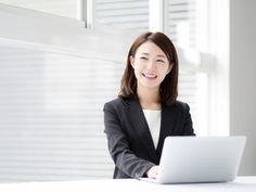 ノートパソコンを使うビジネスウーマン