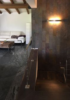 rivestimento parete scala in lastre di ardesia ferrugo, pavimento in lastre di aredsia ravus argentum - www.pulchria.it