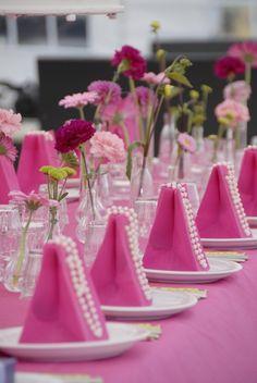 Fel rose tafelkleed met in dezelfde kleur accessoires, heel feestelijk