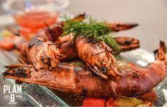 Γαρίδες τυλιγμένες σε προσούτο και σάλτσα από πράσινες και κόκκινες πιπεριές. © Nefeli Maggalousi (Cmyk Photography)