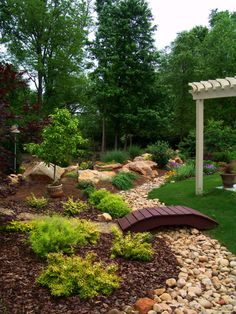 Great front yard landscaping ideas can transform your home's curb appeal. Your front yard design can greatly impact the way your home looks from the outside. River Rock Landscaping, Landscaping With Rocks, Front Yard Landscaping, Landscaping Ideas, Mulch Landscaping, Ideas Para El Patio Frontal, Dry River, Stream Bed, Diy Garden Bed