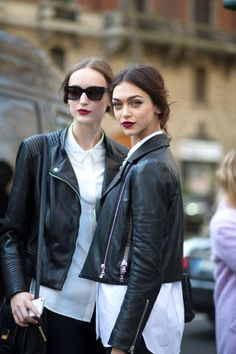 Street style with a leather jacket, red lipstick, white basic tee and sunglasses. biker looks for street style casual fashion. Chic and casual fashion with black leather jacket and matching sunglasses. Milan Fashion Week Street Style, Milan Fashion Weeks, Autumn Street Style, Paris Fashion, Looks Style, Style Me, Style Hair, Look Fashion, Autumn Fashion