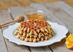 Tem máquina de waffles? Então esqueça aquelas misturas cheias de farinha de trigo e tenta esta receita de waffle low carb usando farinha de amêndoas.