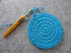 Ulla 02/14 - Artikkelit - Ympyrän virkkaaminen Knit Crochet, Crochet Hats, Crochet For Beginners, Free Knitting, Handicraft, Crochet Earrings, Crochet Patterns, Weaving, Crafts