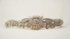 FERRARA: Cinturón bordado a mano de hilo de plata con chaquira checa, cristales Swarovski y cintas de tul francés.