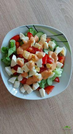 Čerstvý zeleninový šalát s francúzskym dresingom si pripravíte rýchlo a ľahko podľa nášho receptu. Šalát a zelenina zo záhradky s domácim dresingom to je lahôdka na slnečné letné dni. Tento rýchly a zdravý šalát podávame s čerstvým pečivom alebo s chlebom. Prajeme vám dobrú chuť!