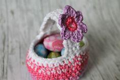 Ostern steht vor der Tür und ihr braucht noch kleine Geschenke? Mit dieser Anleitung häkelt ihr ganz einfach ein niedliches Osterkörbchen.