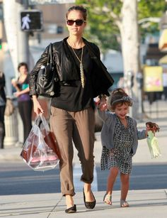 Jessica Alba Photos Photos - Actress Jessica Alba and her daughter Honor stop by Pinkberry after going to Famous Cupcakes with some friends in Hollywood, CA. - Jessica Alba And Daughter Honor Getting Sweets In Hollywood