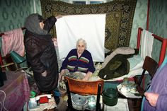 Por Alexander Chekmenev(autor de las fotografías) Tras el colapso de la Unión Soviética, la nueva Ucrania independiente se sometió a un programa nacional para emitir a cada ciudadano un nuevo pasaporte para reemplazar a los antiguos soviéticos. Cada persona tenía que ser fotografiada y rellenarse la documentación dentro de un año para recibir el documento. …