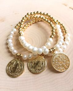 1 bracelet in gold plated / silver plated st Benedict medal in 6 mm fresh water pearls. Healing Crystal Jewelry, Pearl Jewelry, Beaded Jewelry, Jewelry Bracelets, Jewelery, Handmade Jewelry Tutorials, Handmade Bracelets, Jewelry Trends, Jewelry Accessories