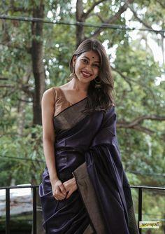 Dyed Bafta Cotton Silk with Zari Border – Amrapali Boutique Salwar Designs, Cotton Saree Designs, Saree Blouse Designs, Blouse Patterns, Trendy Sarees, Stylish Sarees, Fancy Sarees, Dress Indian Style, Indian Fashion Dresses