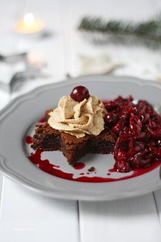 Ein einfaches Weihnachtsdessert. Brownie in Sternform mit Spekulatiussahne und Glühweinkirschen.