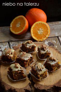 Bardzo wilgotne ciasto, cudownie soczyste od pomarańczy. Z dużą ilością orzechów i innych bakalii. Z polewą z białej czekolady. Pachnie poma...