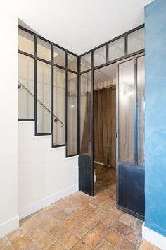 01-verriere-industrielle-atelier-artiste-acier-metal-lyon-sur-mesure-ox-idee Wooden Stairs, Interior Stairs, Attic Rooms, Small House Design, Staircase Design, Other Rooms, Stairways, Home Projects, Future House