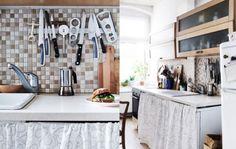 Rail aimanté pour ranger les ustensiles dans une petite cuisine  http://www.homelisty.com/barre-rail-magnetique-credence/