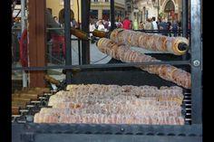 Trdelnik, una masa dulce y azucarada hecha en la República Checa