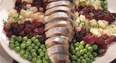 РАЗДЕЛКА И ПОДАЧА СЕЛЬДИ: лук репчатый – 2 шт., зеленый лук – 1 пучок, горошек зеленый – 100 г, картофель – 3 шт., свекла большая – 1 шт., сельдь – 1 шт., Для соуса:  соль по вкусу, масло растительное – 4 ст.л., уксус винный темный – 2 ст.л., сахар – 1 ст.л.