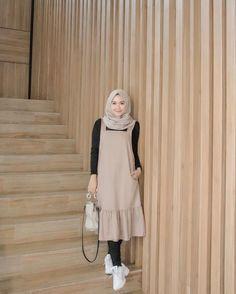 Overall hijab look – Hijab Fashion 2020 Modern Hijab Fashion, Street Hijab Fashion, Muslim Women Fashion, Fashion Outfits, Hijab Casual, Hijab Chic, Hijab Mode Inspiration, Hijab Stile, Hijab Fashionista