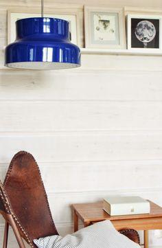 scandinavian log home, bumling blue pendant, vintage lamp, anders pehrson, atelje lyktan, leathet butterfly chair,