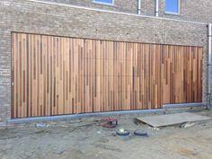 Woodface zorgt voor integratie garagepoort en gevelbekleding
