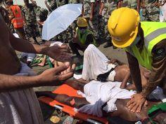 24日、サウジアラビア・メッカ近郊のミナで、負傷した巡礼者の手当てをする救命救急当局者ら(ロイター=共同) ▼24Sep2015共同通信|メッカ巡礼717人圧死 サウジ西部、群衆倒れる http://www.47news.jp/CN/201509/CN2015092401001726.html