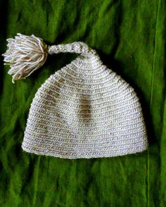 Handmade light grey woolen hat nålbinding par CroneYhrmCrafts www.etsy.com/shop/CroneYhrmCrafts