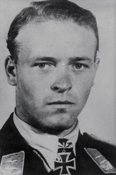 Oberleutnant Hubert Mütherich (1912-1941), Ritterkreuz 06.08.1941 als Oberleutnant und Staffelkapitän 5./Jagdgeschwader 54 ✠ 43 Luftsiege. Am 9 September 1941 bei einer Notlandung Bei Leningrad mit Maschine überschlagen.