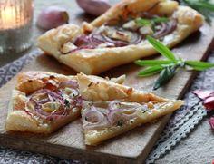 Nyt smaken av rødløk, chèvre og honning på sprøstekt bunn av butterdeig. Rask å lage om uventede gjester dukker opp, og er perfekt sammen med noe godt i glasset.