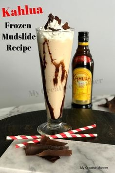 A Kahlua Mudslide Recipe that is better than Applebee's. Rich coffee flavor from the Kahlua mixed with ice cream gives you the best adult milkshake ever! Kahlua Drinks, Liquor Drinks, Cocktail Drinks, Cocktail Recipes, Bourbon Drinks, Sangria Recipes, Punch Recipes, Recipes Dinner, Smoothie Recipes