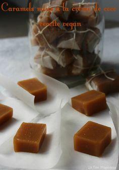 Aujourd'hui c'est confiserie! Régalez-vous avec des caramels mous à la crème de coco. Recette vegan qui fera saliver plus d'un gourmand!