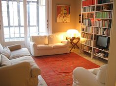 Un día de vacaciones con lectura y tranquilidad en el salón de tu casa de intercambio en #Barcelona. Unas #vacaciones no deberían costarte más que estar en casa.