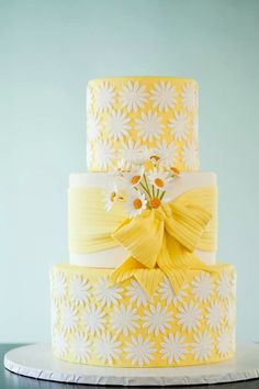 Daisy cake! Coud be nice for my daughter's first communion cake!