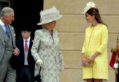 22-May-2013 21:40 - ZWANGERE KATE OP TUINFEEST QUEEN. Op Buckingham Palace is het jaarlijkse tuinfeest van de Britse koningin Elizabeth gehouden. Kate Middleton, de vrouw van prins William, was samen met prins Charles en zijn vrouw Camilla onder de genodigden. De hertogin is inmiddels zeven maanden zwanger. Haar buik was goed zichtbaar onder de gele jurk die ze droeg. Britse media noemden haar het broodnodige zonnetje op een grijze dag. Koningin Elizabeth houdt elke zomer een tuinfeest...
