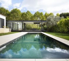 Modern single family house located in Montpellier, France, redesigned and extended by Brengues Le Pavec Architectes. Modern Pool House, Modern Pools, Modern House Plans, Amazing Architecture, Architecture Details, Farnsworth House, Internal Courtyard, House Extensions, Florida Home