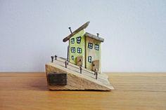 dekoratives Holzhaus Strandhaus Straßenzug aus Treibholz