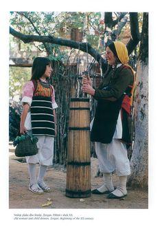 https://flic.kr/p/NkMf1r   Veshje Popullore Shqiptare - Albanian Folk Costumes. Photo.N.B - 89   Costumi tradizionali in Albania  Come in molti paesi europei, i costumi tradizionali sono scomparse quasi del tutto dalla vita quotidiana. Tuttavia, se si è fortunati si possono trovare alcune persone in alta uniforme, il più delle volte le donne anziane dei villaggi, quando sono in corso di mercato o per un'occasione speciale.  I costumi popolari albanesi mostrano una grande diversità di stili e…