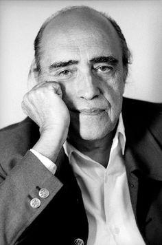 Arquiteto Brasileiro reconhecido mundialmente por suas obras modernas Oscar Niemeyer.