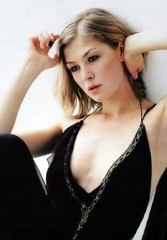 Rosamund Pike Kiss