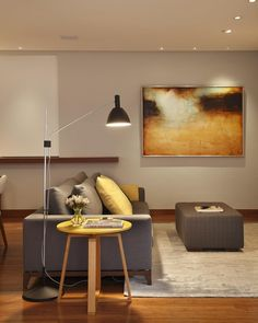 """""""Mesa lateral Interni e luminaria Bauhaus de Fernando Prado. Toques de charme nesse estar. Projeto RAP Arquitetura #raparquitetura #aleriera #arqdesign…"""""""