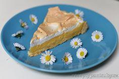 #Recept #Citrónový #koláč se sněhovou peřinkou - Nedaleko bývalé práce stojí takový malý obchůdek, kde mají vždycky vystavený citrónový koláč. Dlouhou dobu jsem kolem něho chodila a říkala si, že to vypadá moc hezky, ale že néé, protože to asi bude hodně kyselé a že vlastně nepotřebuju po obědě koláč. Jenže výloha mě i nadále hypnotizovala, takže jsem jednoho dne podlehla. #recepty #vaření #pečení #zákusek #kuchařka #sladkosti